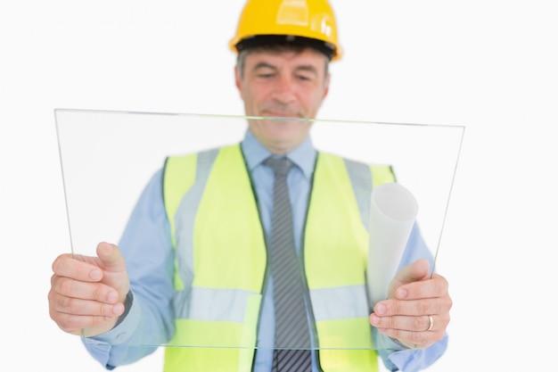 Homem, segurando, enorme, vidro, escorregar, enquanto, exibindo