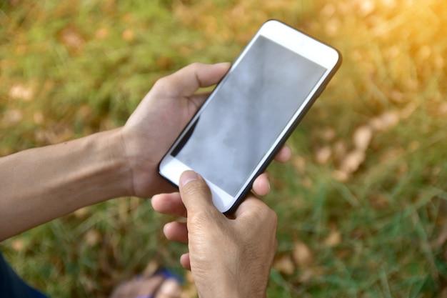 Homem, segurando, esperto móvel, telefone, usando, esperto, aplicação, internet, online