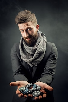 Homem segurando fichas de poker