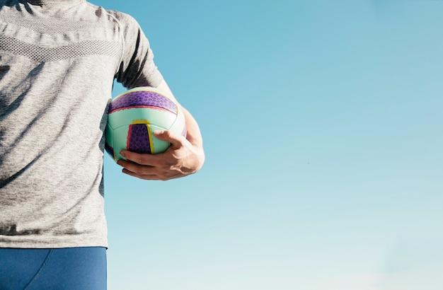 Homem, segurando, futebol, e, copyspace