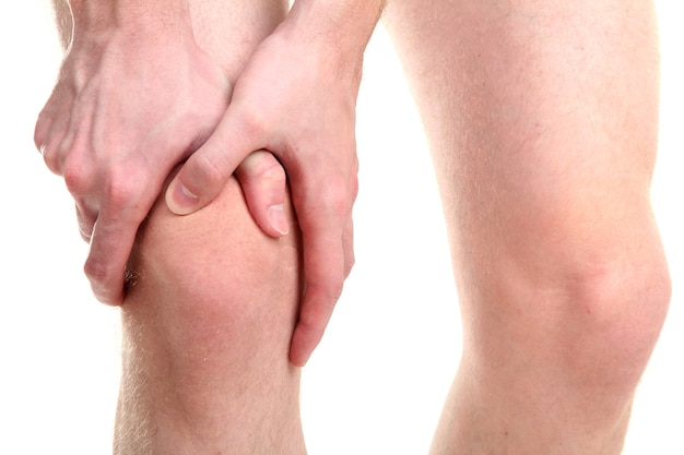 Homem segurando joelho dolorido, branco