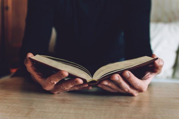 Homem, segurando, livro aberto, em, mãos