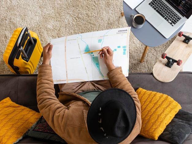 Homem segurando mapa de vista superior
