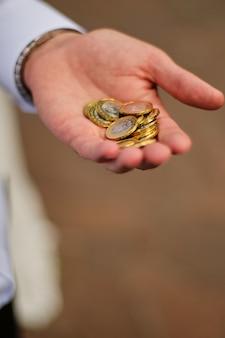Homem, segurando, moedas, em, a, palma, de, seu, mão