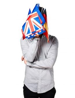 Homem segurando muitas bandeiras