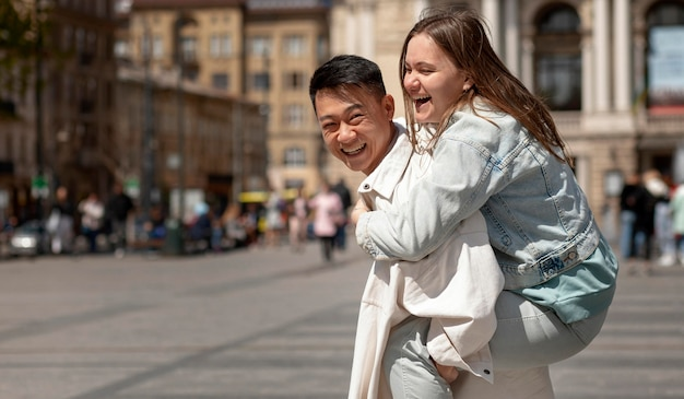 Homem segurando mulher feliz nas costas