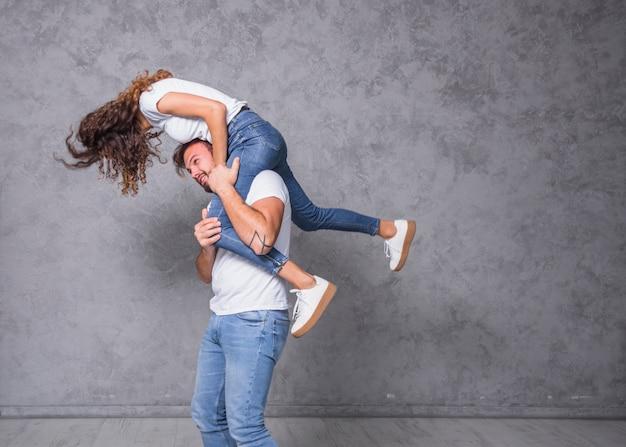 Homem, segurando, mulher jovem, ligado, ombro