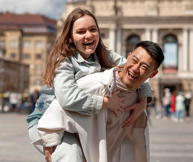 Homem segurando mulher nas costas