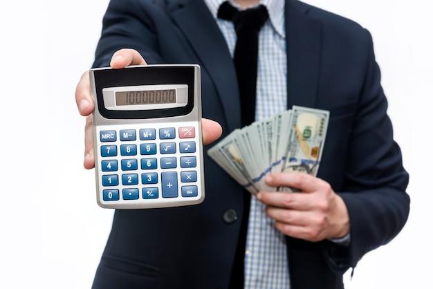 Homem segurando notas de dólar americano e calculadora
