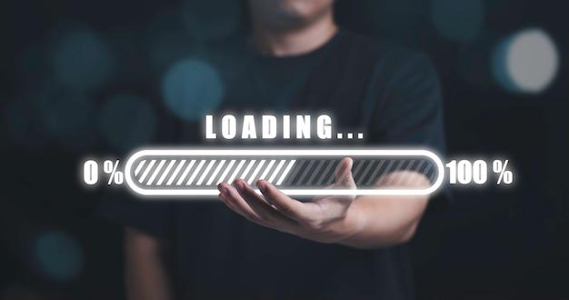 Homem segurando o carregamento virtual disponível, conceito de progresso de tecnologia e negócios.