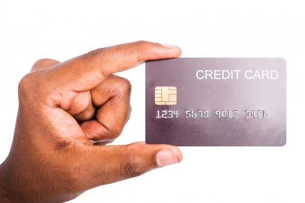 Homem segurando o cartão de crédito do dinheiro de maquete do banco por lado