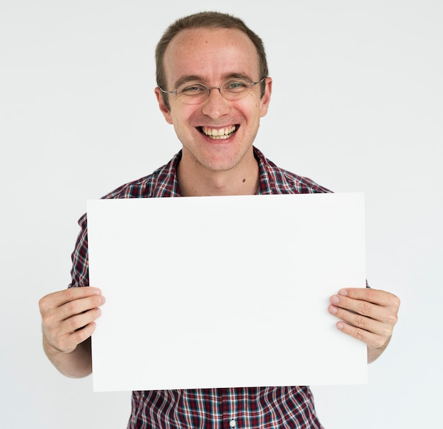 Homem segurando o conceito de cartaz em branco branco