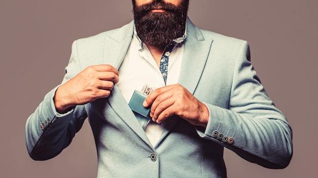 Homem segurando o frasco de perfume. frasco de perfume ou colônia e perfumaria, cosméticos, frasco de perfume de perfume, colônia masculina segurando.