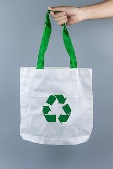 Homem segurando o saco de compras ecológico com espaço de cópia de texto. proteção ambiental, zero desperdício, reutilizável, não diga plástico, dia mundial do meio ambiente e conceito do dia da terra
