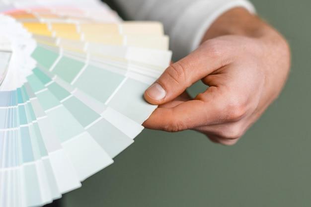 Homem segurando paleta de tinta