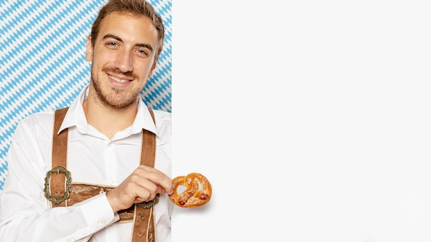 Homem, segurando, pretzel, com, sinal, mock-up