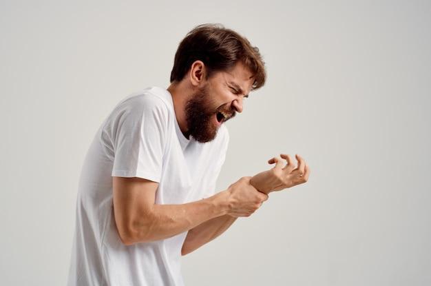 Homem segurando problema de saúde de lesão na mão. foto de alta qualidade