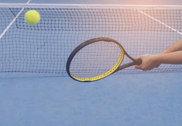 Homem, segurando, raquete, aproximadamente, bater, um, bola, em, quadra tênis