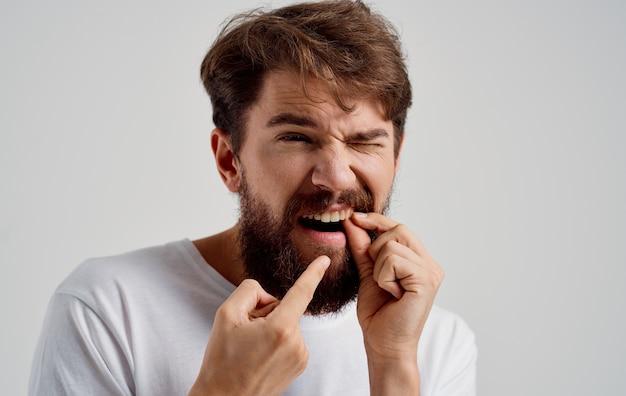 Homem segurando rosto dor nos dentes, problemas de saúde, insatisfação, remédio