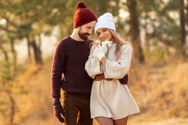 Homem segurando seu amigo enquanto olha para ela