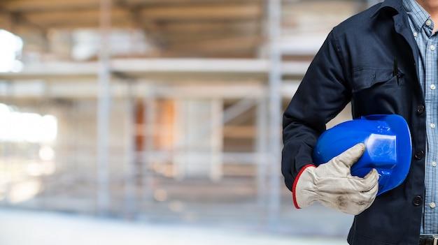 Homem, segurando, seu, capacete, em, um, local construção