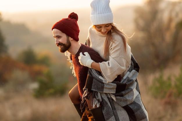 Homem segurando seu melhor amigo nas costas