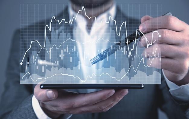 Homem segurando smartphone com gráficos de negócios. crescimento. o negócio. sucesso