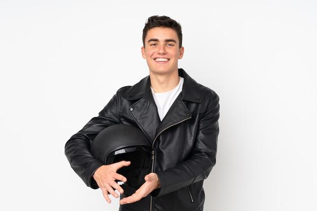 Homem segurando um capacete de moto isolado no branco