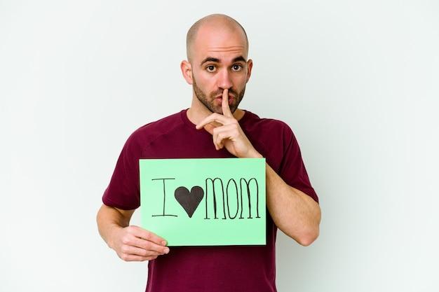 Homem segurando um cartaz de eu amo a mãe