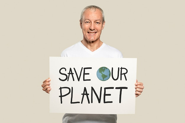 Homem segurando um cartaz de salve nosso planeta