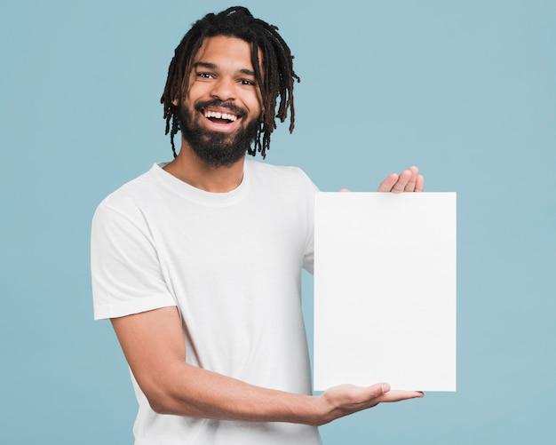 Homem segurando um cartaz em branco
