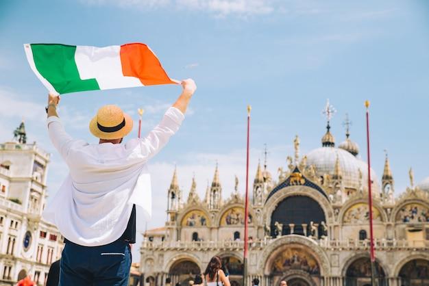 Homem segurando um cigarro italiano em ascensão, mãos, veneza, praça central, san marco, cópia espaço