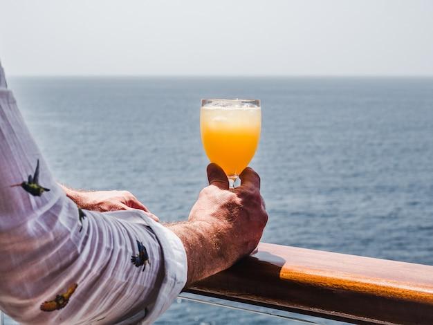 Homem segurando um copo de vinho bonito