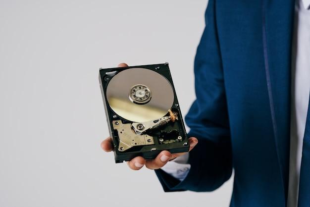 Homem segurando um disco rígido de tecnologia de proteção de informações