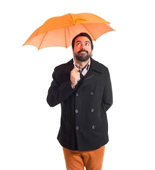 Homem segurando um guarda-chuva sobre fundo branco