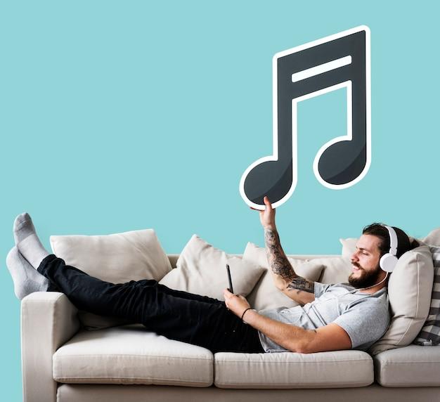 Homem, segurando, um, ícone, ligado, um, sofá