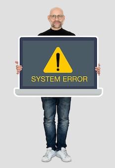 Homem segurando um laptop com um erro do sistema