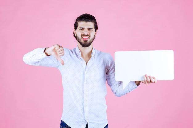 Homem segurando um painel de reflexão retangulato em branco não gosta.
