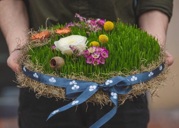 Homem segurando um prato de novruz símbolo semeni