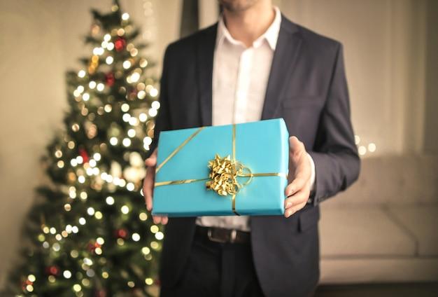 Homem segurando um presente de natal
