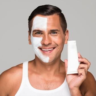 Homem segurando um produto facial