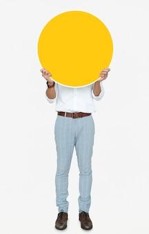 Homem, segurando, um, redondo, amarela, tábua
