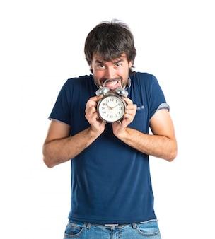 Homem segurando um relógio sobre fundo branco