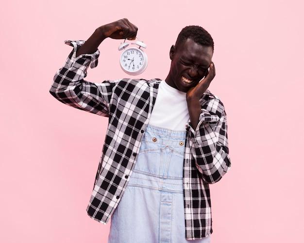 Homem segurando um relógio vintage