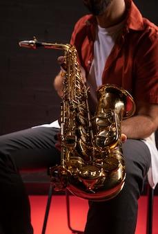 Homem segurando um saxofone