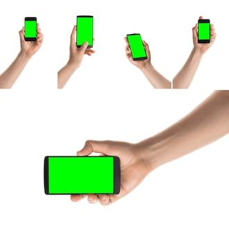 Homem segurando um smartphone preto tela isolada com chroma key colagem de fotos definidas