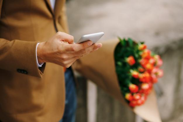 Homem segurando um telefone na mão