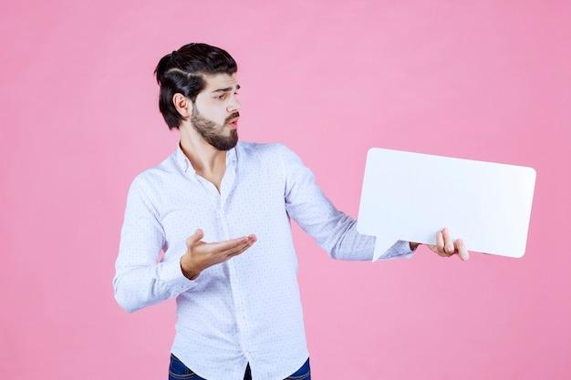 Homem segurando um thinkboard retangular e apresentando-o.