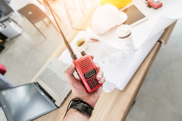 Homem segurando um walkie-talkie