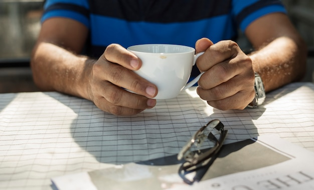 Homem, segurando, um, xícara café